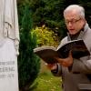 Schauspieler Hans-Jürgen Schatz (Initiator der Aktion zur Restaurierung der fünf Gräber) spricht während der Übergabe am 22. November 2013 am Grab Dörings