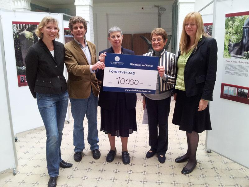 von links nach rechts: Dr. Karen Bork (DSD), Peter Storck (Stiftung Histor. Friedhöfe), Gertrud Dailidow-Gock (Stiftung Histor. Friedhöfe), Heike Pieper (DSD) und Dr. Marion Bless (Deutsche Stiftung Klassenlotterie Berlin/Glücksspirale)