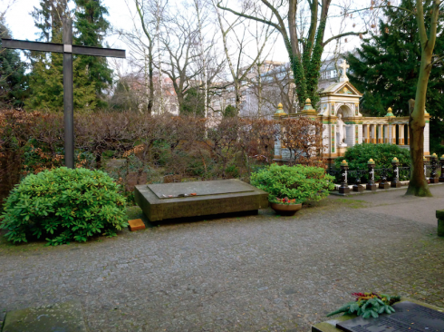 Gedenkstein vor den Restaurierungs- und Konservierungsmaßnahmen