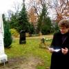 Pfarrer Peter Storck (Vorsitzender Stiftung Historische Kirchhöfe u. Friedhöfe) spricht während der Übergabe am 22. November 2013 am Grab Dörings
